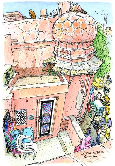 優美なピンク色の建物が並ぶジャイプールの街は、ヒトヒトヒト、車、牛、手押し車、バイク、バス。朝の通勤ラッシュなのだろうか、道を渡るのも一苦労。風の宮殿の向かいの家の屋上に上がらせていただいてスケッチ。狭い階段を上ると赤い土のドームの上に猿。