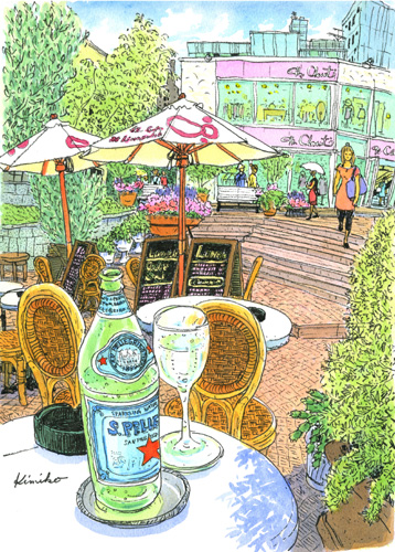 雨がポツポツ。雨の日もいいけれど、インクが滲んでペンスケッチには向きません。でも雨天決行。雨天結構!カフェの軒下でスケッチ。描き終える頃さっと陽がさしました。初めに描いた奥の人物は傘をさしています。