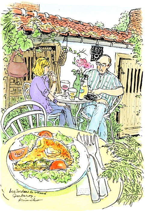 中庭のテーブルで遅いお昼。馬小屋と納屋だった名残の農機具が蔓草に巻かれて静かに時を刻んでいる。 Les Jardins du Vidame、Gerberoy
